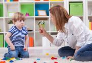 Boze moeder waarschuwt kind haar wijsvinger Betekenisvol grenzen stellen hoe doe je dat grenzen regels afspraken kinderen betekenisvol Happy Kids Happy Parents Conrad
