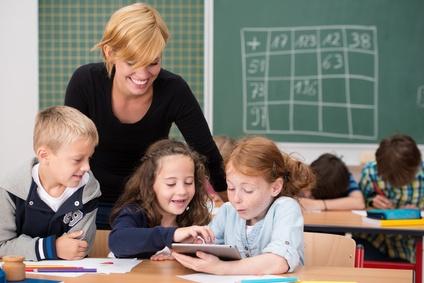 Gelukkige kinderen op school. Hoe was het op school? Goed! 11 vragen die wel werken Happy Kids Happy Parents Conrad van Pruijssen