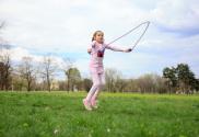 Kind wat aan het touwtje springen is. Je kind leren touwtje springen draagt bij aan het versterken van de essentiële vaardigheden wat leidt tot een mooiere, gelukkigere en succesvollere toekomst.